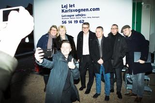 Mette Schak Dahlmann tager en selfie sammen med alle gæsterne til mødet.