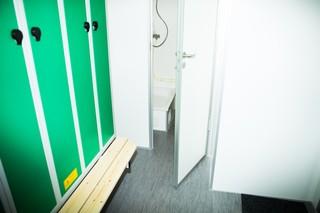 Billede af døren til badet i skurvognen.