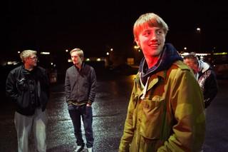 Tre drenge på en parkeringsplads
