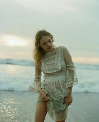 rebekah-campbell photographs girl at the beach