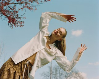 rebekah-campbell photographs a girl in spring