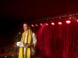 Der Autor als Poetry Slammer auf der Bühne
