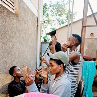 Trans vrouw uit Kampala maken zich op in de spiegel