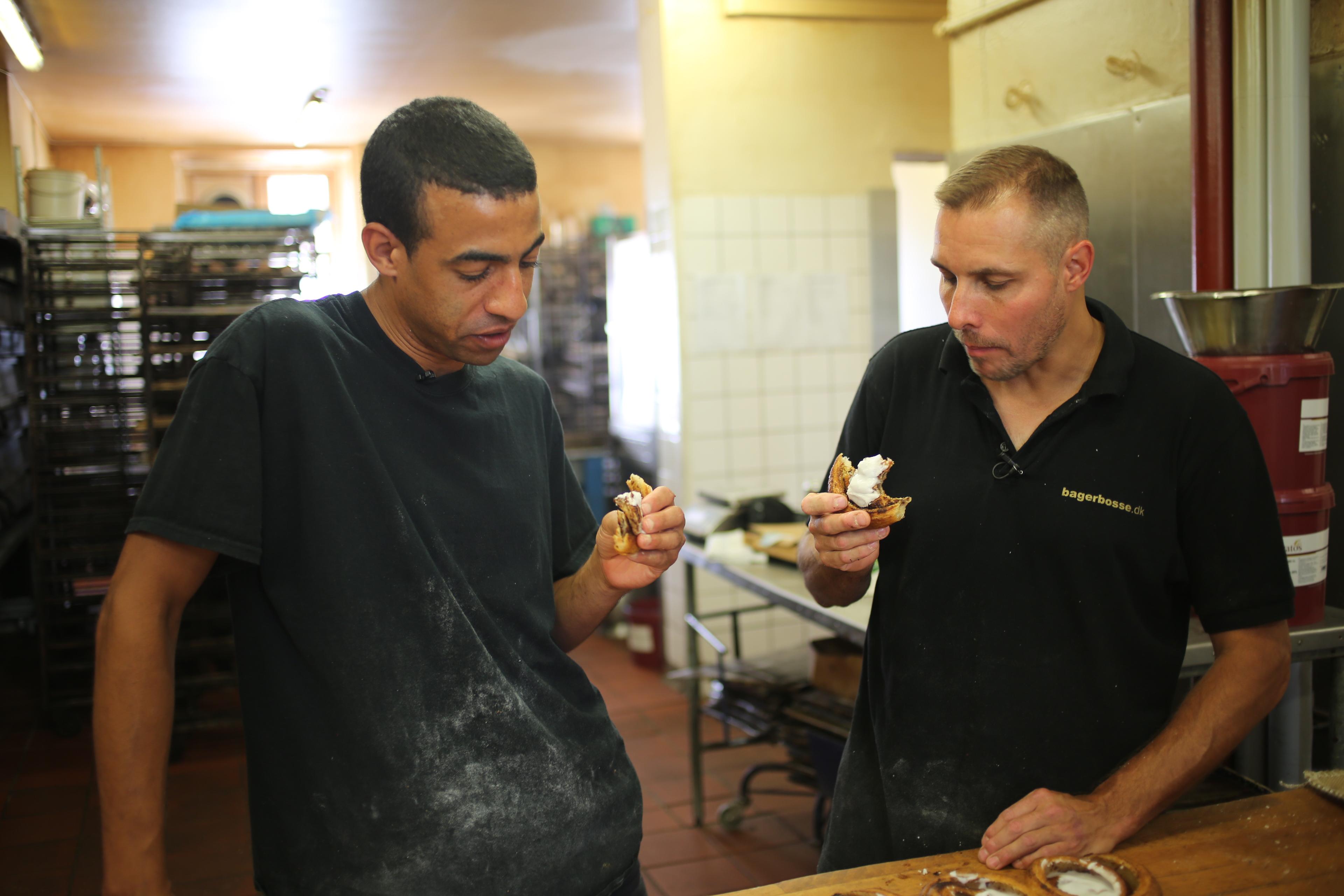 Jimmy Bosse (til højre) tester wienerbrød med bageren Milton Abel