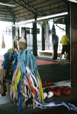 Een buddha bedekt met handwraps, vlak voor de training.