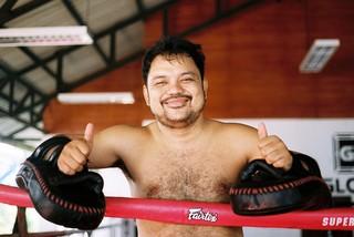 Trainer Chai tijdens een privétraining op de pads.