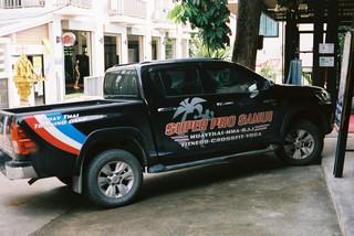 De jeep van de gym voor de deur.