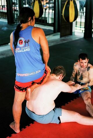 Trainer Noi drukt nog even extra aan tijdens een rekoefening.