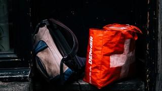 Taschen auf einer Eingangsstufe