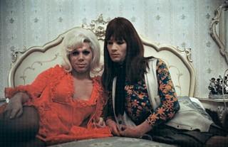 Lisetta Carmi, I travestiti (Renée con un'amica), courtesy Galleria Martini & Ronchetti.