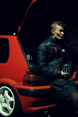 Jesper Tirstrup sidder op ad bagagerummet på sin bil