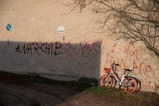 Ein Sharing-Bike lehnt an einer Wand im Dorf, auf der jemand