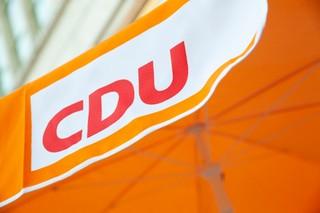 Eine Nahaufnahme des CDU-Logos auf unserem Sonnenschirm