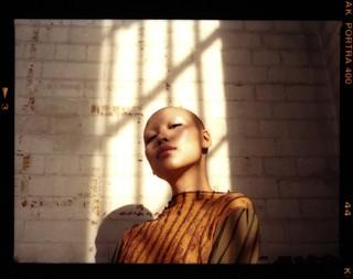 yumna al-arashi photographs a model