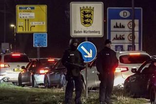 Polizisten kontrollieren den Grenzübergang zwischen Frankreich und Deutschland