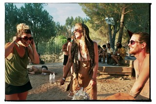 waking-life-festival-crato-portugal-lachende-festivalgangers-Stephanie-Migerode