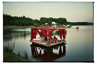 waking-life-festival-crato-portugal-vlot-met-roze-gordijnen-Stephanie-Migerode