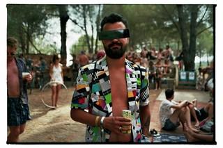 waking-life-festival-crato-portugal-man-met-drankje-in-blazer-Stephanie-Migerode