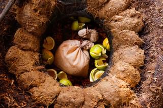 Dieser Tontopf wird bald mit Agaven-Fruchtfleisch versiegelt
