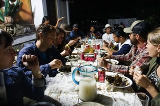 Die Gruppe lässt sich Mole, Mezcal und Bier schmecken