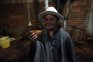 Alonso trinkt aus einem traditionellen Becher