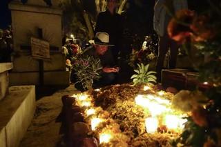 Alonso bewundert ein geschmücktes Grab