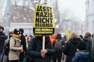 Mann mit Schild gegen Nazis