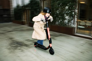 kvinde på el-løbehjul