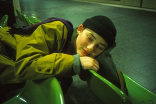 lachend meisje op groene stoeltjes, uit de fotoreeks Fuck Me van Josh Kern