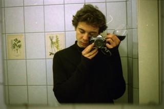 man met fototoestel en wijn in de spiegel, uit de fotoreeks Fuck Me van Josh Kern