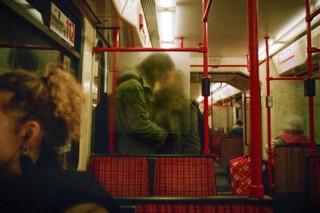 kussen koppel in de metro, uit de fotoreeks Fuck Me van Josh Kern
