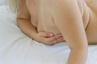 naaktfoto-selfie-handen-voor-borsten-Sex-in-The-Digital-Age-door-Dora-Papanikita