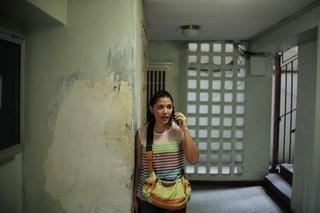Eine Frau telefoniert in einem Treppenhaus