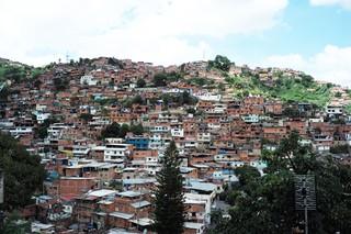 Die flachen Häuser von Antímano pressen sich dichtgedrängt an einen Berghang