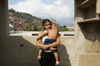 Maria hält ihren Sohn im Arm