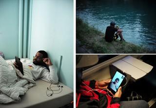 Armando auf seinem Bett in der Schweiz, in der Hand ein Tablet