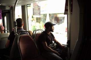 Armando sitzt in der Straßenbahn