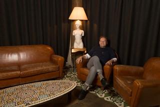 Günter Baum sitzt in einem Ledersessel