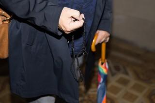Günter Baum hält eine Gebetskette