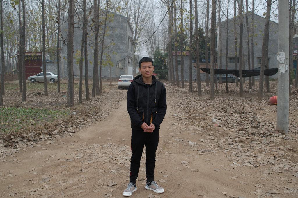 19岁的周俊凯来自民权以外的一个村庄。 他说,从贸易学校毕业后,他的工作选择并不多。