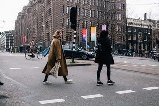 Pip Blom wandelend door Amsterdam.
