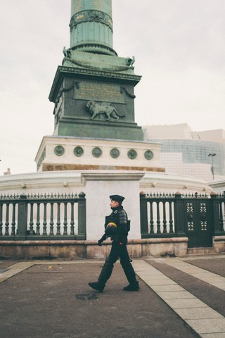 CRS marchant au pied de la Bastille