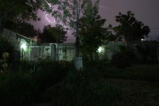 Ein Blitz erhellt den Nachthimmel