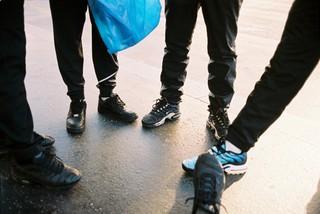 Des gens montrent leurs paires de TN aux Puces de Clignancourt