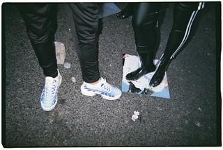 Une paire de TN à côté des pieds d'un mannequin aux puces de Clignancourt