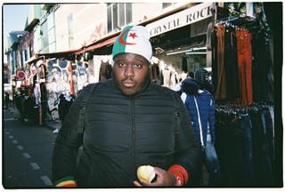 Un jeune homme aux Puces de Clignancourt