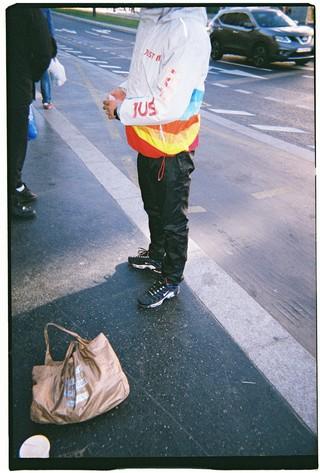 Un jeune homme en Tn aux puces de Clignancourt