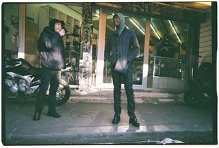 Deux jeunes hommes aux puces de Clignancourt