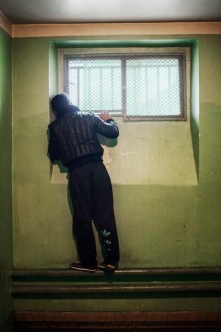 1545733019102-8_Regarder-dehors-depuis-une-salle-dattente-de-prison