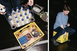 Kisten mit Club Mate dienen auf dem Hacker-Kongress 35C3 auch als Fortbewegungsmittel